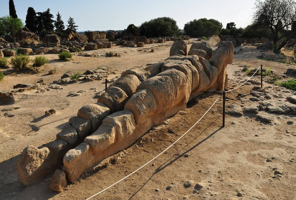 Jeden z 8 metrowych Talamonów podpierających dach Świątyni Zeusa