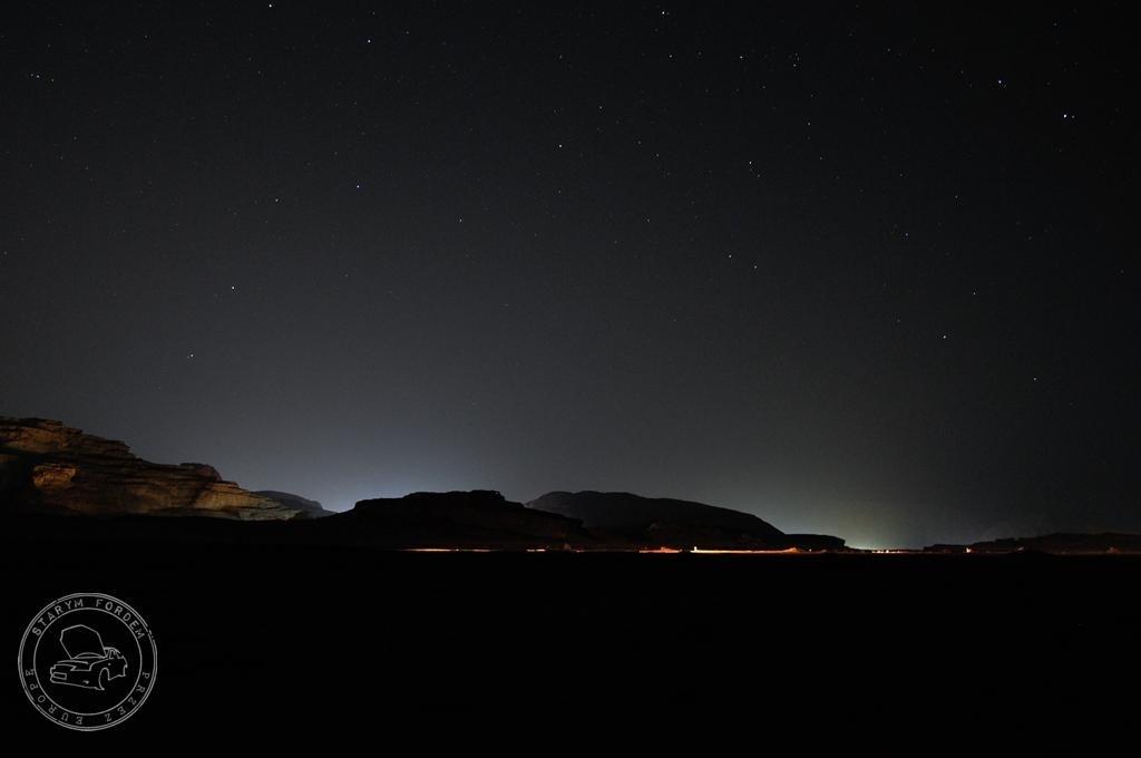 Nocne niebo na Wadi Rum