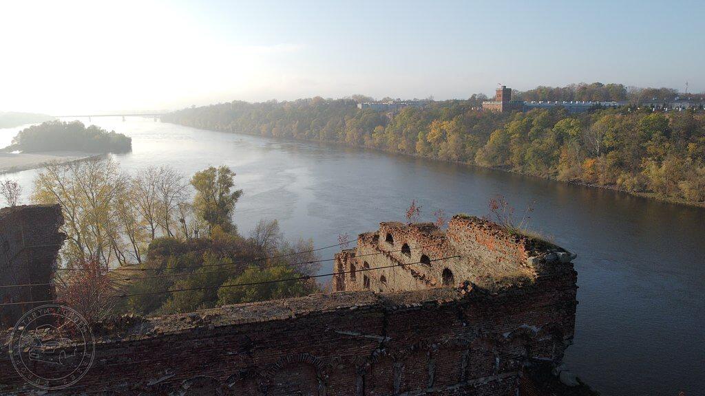 Ruiny spichlerza oraz widok na Wieżę Czerwoną Twierdzy Modlin
